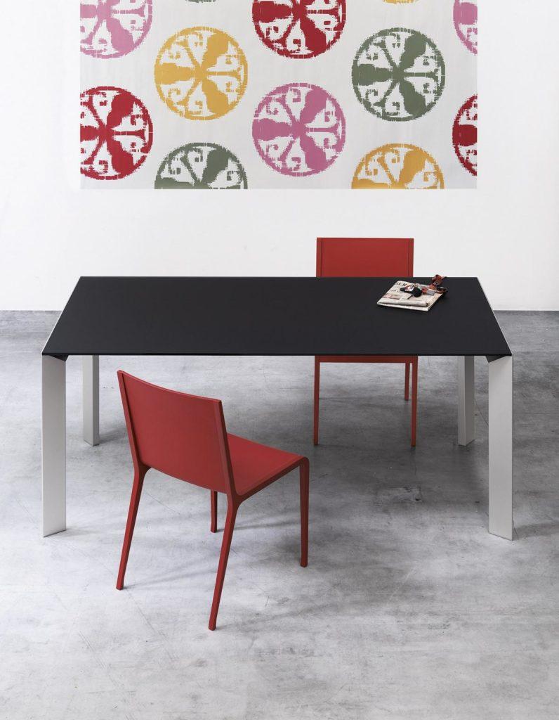 Kristalia Jori Tisch und zwei Sessel