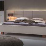 Hasena-Schlafzimmer Bett weiß -Nachttischschrank in Holz