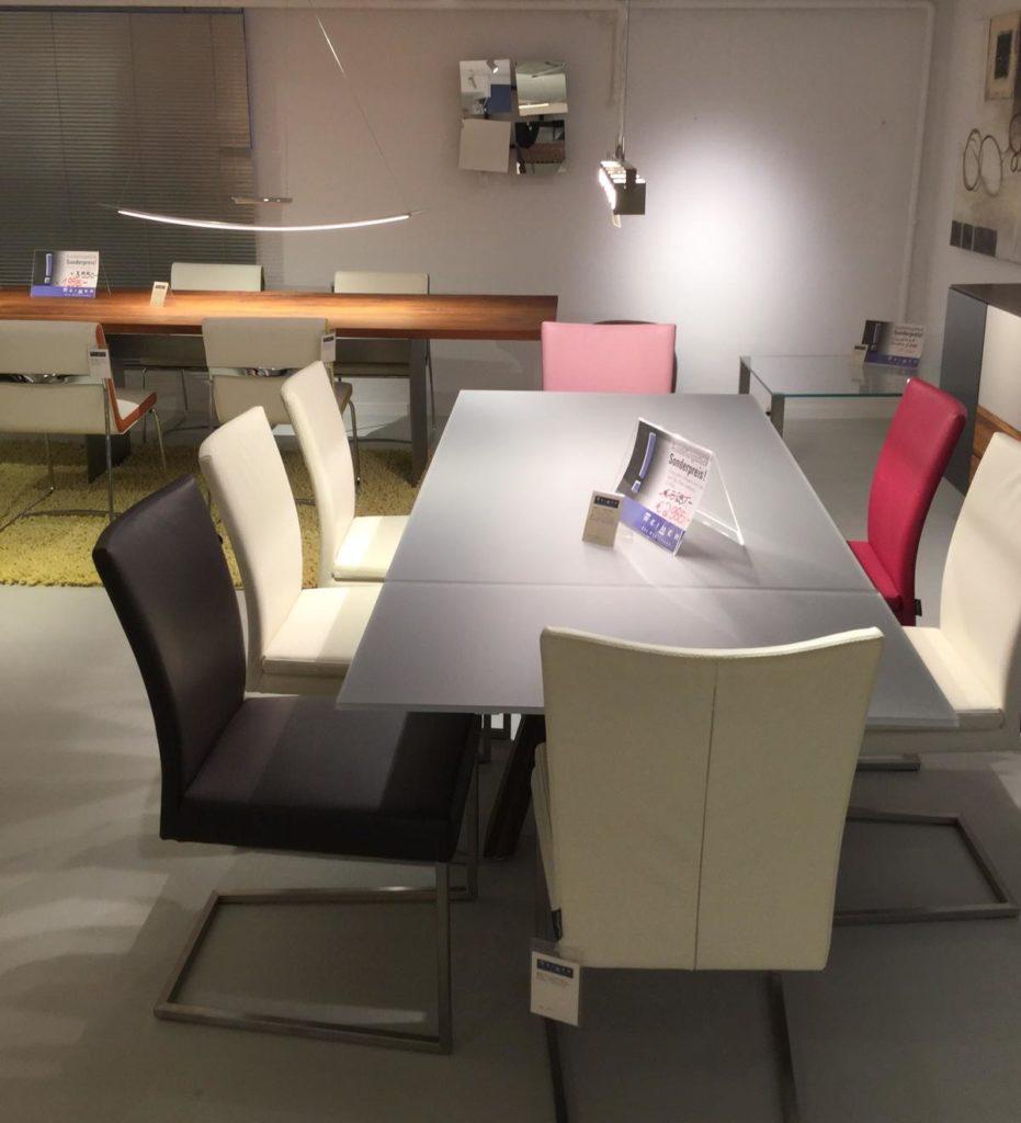Möbel Weimer Hausausstellung -Praktischer Esstisch mit Designer-Stühlen
