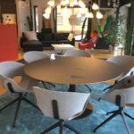 Möbel Weimer Hausausstellung -Runder Esstisch mit Designer-Stühlen