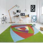 Teppich mit Dreieck-Muster in den Farben grün-hellblau-lila-orangerot-gelb.