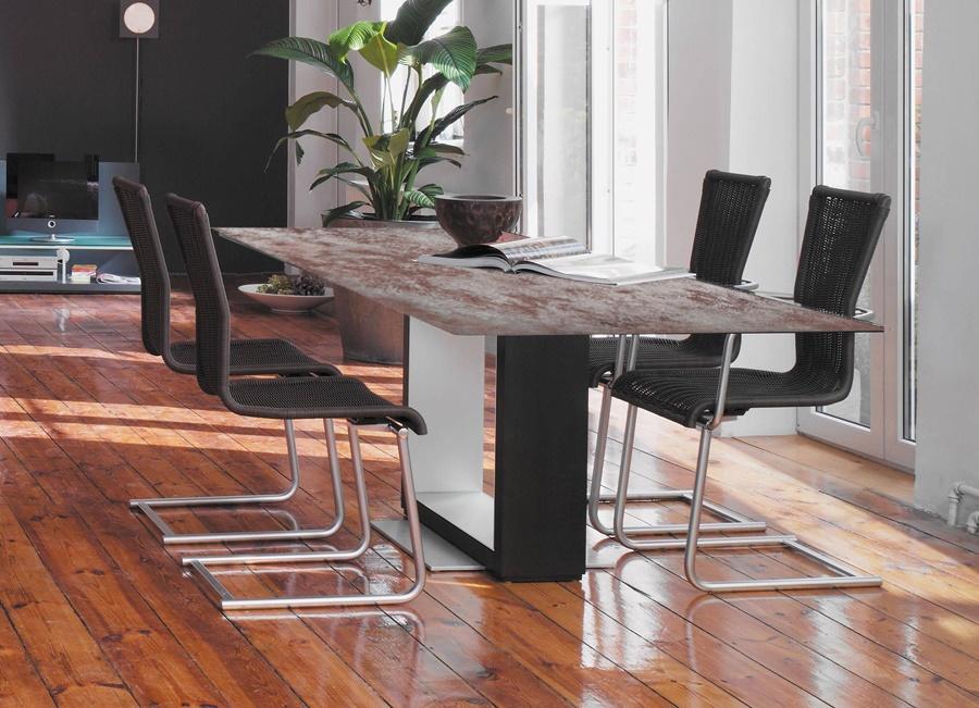 Moderner Tisch mit marmorierter Tischplatte